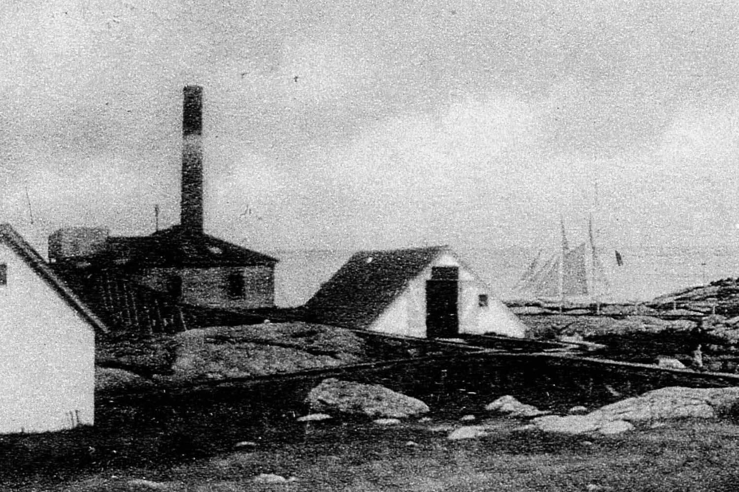 Current whistle house with cover cistern and schooner passing by the South tower.